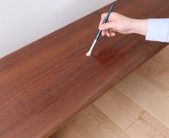 よくまぜて、薄めずそのままご使用ください。できるだけ薄く伸ばしながら、均一に木目に沿って塗装します。