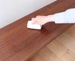 5~10分間放置し、付属のウエス(布)で、木目に沿ってしっかり拭き取ってください。拭き残しがあるとべたつきが残ることがあります。